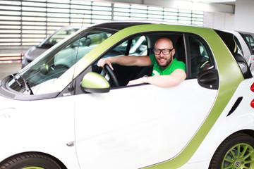Mann mit Elektroauto