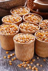 chicchi di mais in cestini - quattro