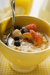 Porridge with milk and berries