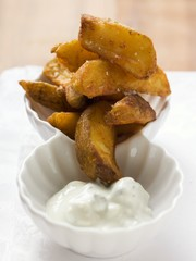 Country potatoes with yoghurt dip
