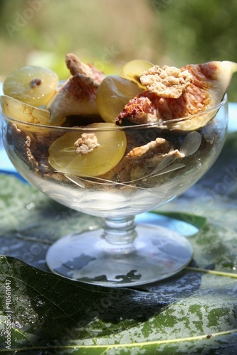 Fig and grape salad with crispy flakes
