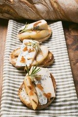 Gorgonzola with pear and praline on baguette slices