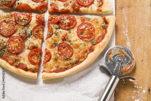 Cheese and tomato pizza with oregano (quartered)
