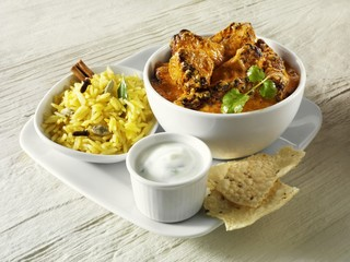 Curry with rice, yoghurt sauce and poppadom (India)