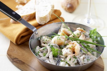 Pan-cooked scampi, mushrooms and onions
