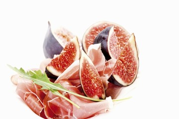 Fresh figs with Serrano ham and rocket