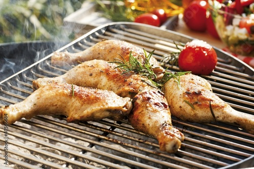 Barbecued chicken legs with rosemary and tomato