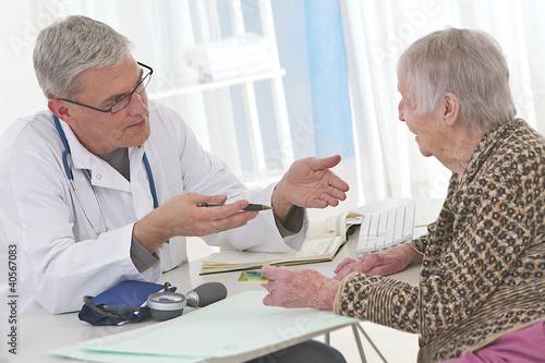 CONSULTATION MÉDICALE - Femme âgée