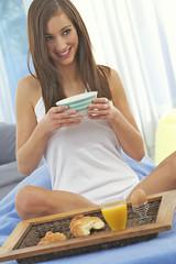 FEMME - Petit déjeuner au lit