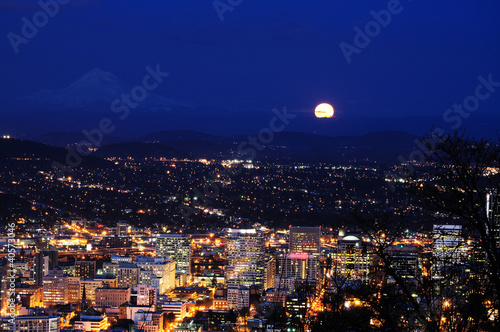 Foto op Plexiglas Volle maan Beautiful night view cityscape from pittock manson
