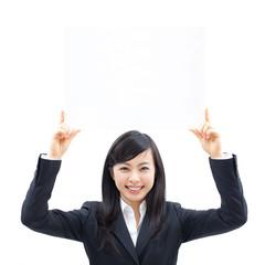 メッセージボードを掲げる女性