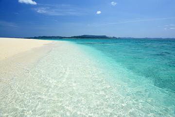 水納島の透明なサンゴの海
