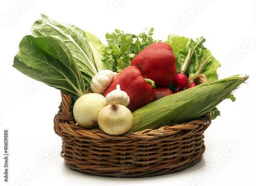 Vegetales frescos en una cesta,rábanos en una cesta.