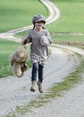 Mädchen mit Teddy rennt