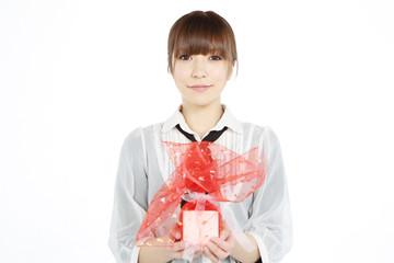 プレゼントを差し出す女性