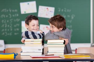 zwei freunde in der grundschule