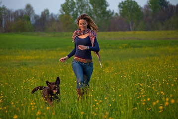 ragazza gioca con cane nel prato