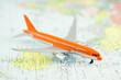 avion jet sur carte du monde