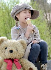 Kind im Frühling mit Eis