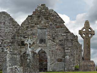 Clonmacnoise, Klosterruine, keltisches Kreuz