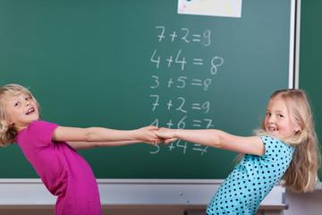 zwei freundinnen in der schule
