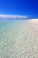 水納島の美しい海面と紺碧の空