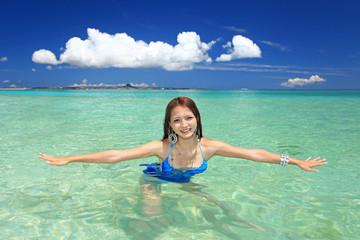 サンゴの海で海水浴を楽しむ女性