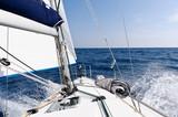 Szybki jacht żeglarski w morzu