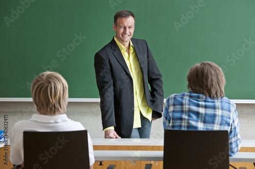 Freundlicher Lehrer beim Unterricht in der Klasse