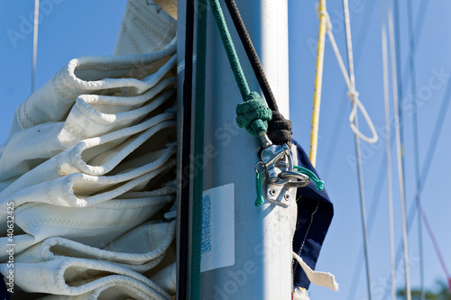 Sailing boat mast with mainsail and spinnaker halyard