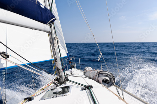 Fotobehang Jacht Speed sailing yacht in the sea