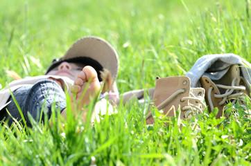 Kind beim relaxen in der Wiese
