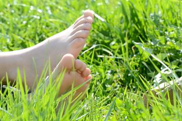 Kinderfüße im Gras