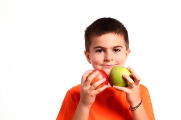 bambino con due mele colorate