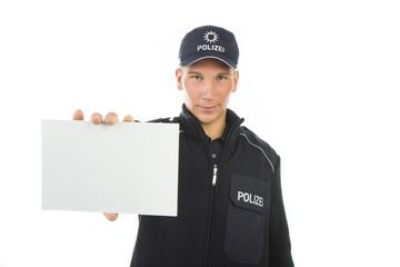 Polizei in Uniform zeigt Hinweiskarte