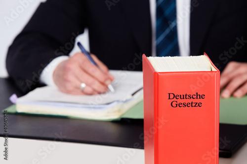 Anwalt mit den Deutschen Gesetzen - 40645874