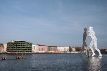 Berlin Osthafen – Molecule Man am Treptower Spreeufer