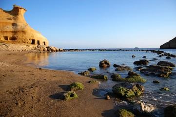 playa cala cerrada con roca erosionada