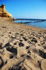 playa cala cerrada con roca erosionada 3