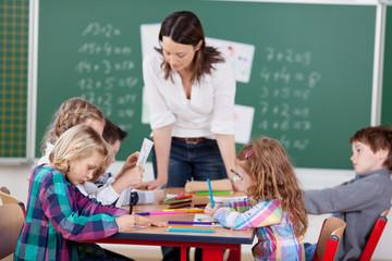 schüler und lehrerin in der klasse