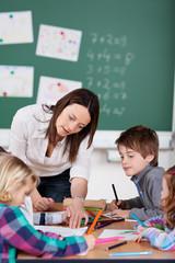 lehrerin und schüler in der grundschule