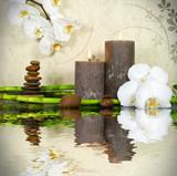 Fototapety Orchidee weiß mit Bambus und Kerzen und Steinen