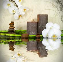 Biała orchidea z bambusa i świec i kamienie