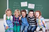 kinder haben spaß in der schule