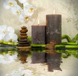 Orchidee mit Bambus, Kerzen und Steinen