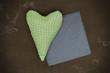 Herz in grün auf Holz mit Schiefertafel