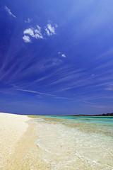 南国沖縄の綺麗なビーチと紺碧の空