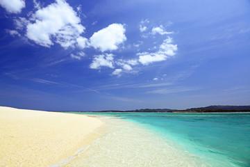 水納島の真っ白いビーチと紺碧の空