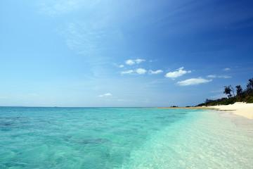南国沖縄の透明なサンゴの海と紺碧の空