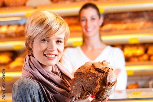 Verkäuferin mit Kundin in einer Bäckerei